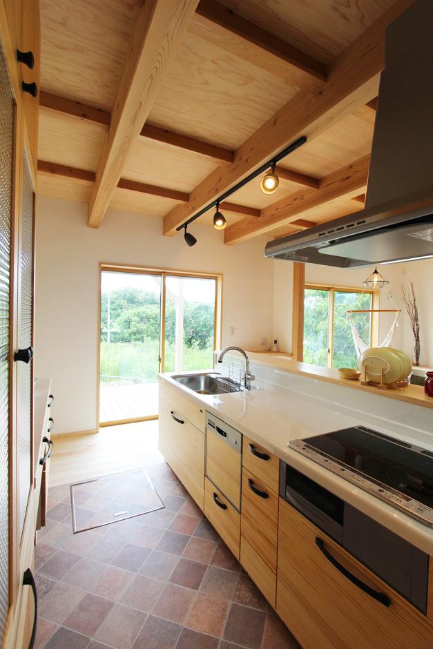 アクトホーム(木の住まいづくり研究所)【収納力、自然素材、間取り】南の明るい開口部側に設置した、回遊型のアイランドキッチン。 アウトドアデッキでの食事や、仲間とのホームパーティーも楽しめる