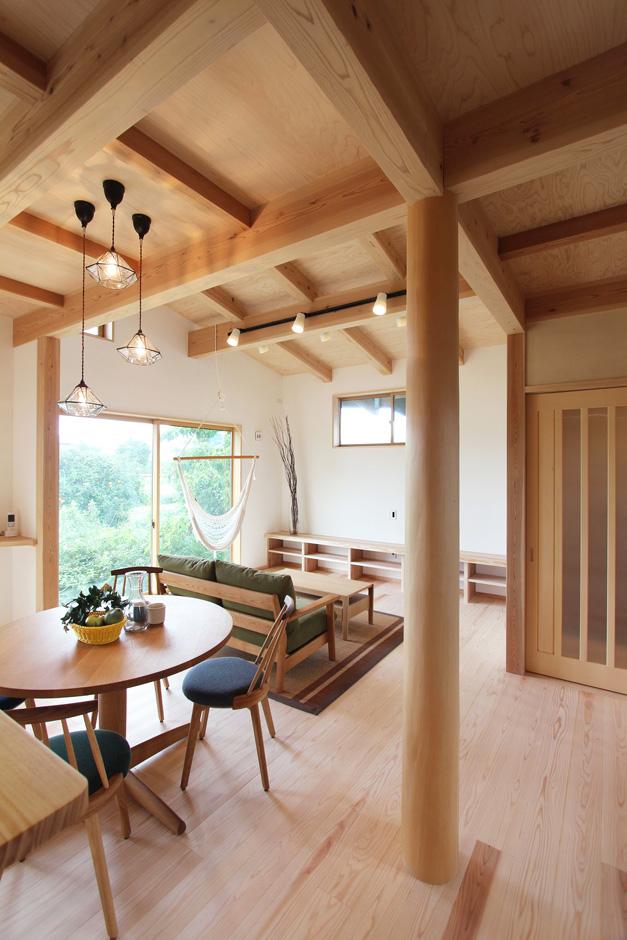 アクトホーム(木の住まいづくり研究所)【収納力、自然素材、間取り】きれいな緑に包まれた、光と風の差し込む、居心地のいい室内。 大井川流域産の杉・桧を使い、地域の匠がつくる「和モダン」の住まい