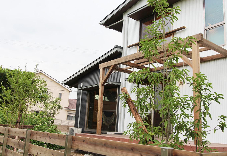 アクトホーム(木の住まいづくり研究所)【収納力、自然素材、間取り】南庭のウッドデッキ&パーゴラは、自然に親しむアウトドアリビング