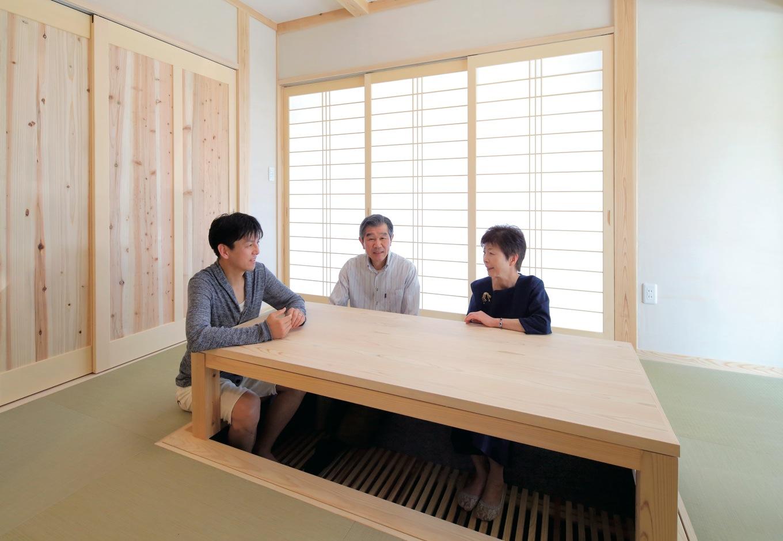 和室は天井を土佐和紙、壁を稚内珪藻土で仕上げ、建具も含め健康に配慮した空間となっている。堀ごたつも同社大工の手技が光る逸品である。この造作座卓は床下に収納することができるので、布団を敷く時にも邪魔にならない