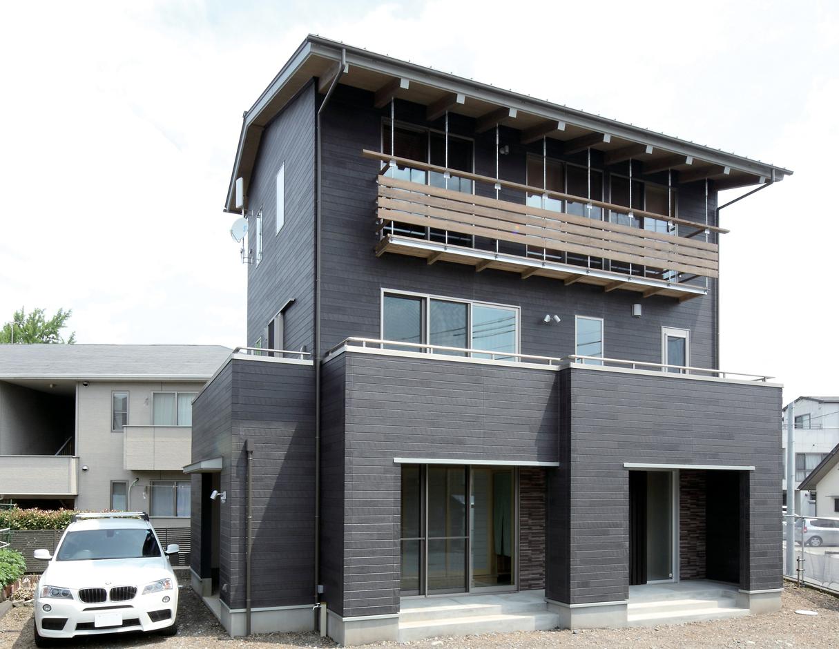 外壁は雨垂れなどの汚れが目立たない黒を選択。建物周辺に5つのバルコニーを設け、外からの視線を遮り、窓を開けて風や光を通す。また物干し、ゴミのストック、ミニ家庭菜園としても大活躍だ