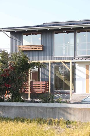屋根の上には、太陽光発電パネルと太陽熱集熱パネルを搭載。自然エネルギーを活用した、自然と共存する住まい