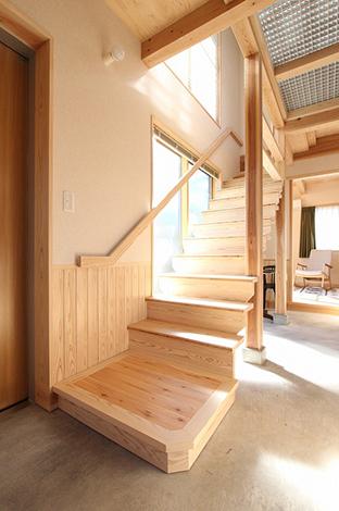 友人同士で住まうシェアハウスのS・N邸。お互いのプライベートに配慮するため、玄関土間から直接2階にある個人の部屋へ行くことができるよう、階段を配置。吹抜けに施した「ひかり床」(FRPグレーチング)は、通行・採光・通気の効果も得られる
