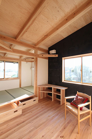 N様の部屋。隣り合う3帖の和室は小上がりとし、足元には収納を設けた。 また、2階は屋根断熱により勾配天井とし、登り梁仕様とすることで空間に縦の広がりを持たせた