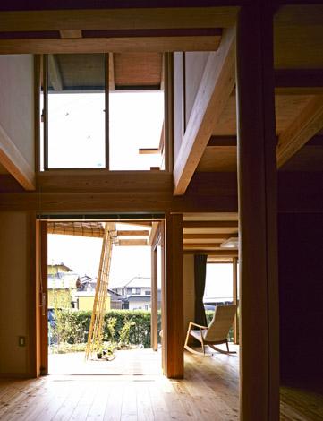 大開口木製サッシの「M窓」からは、ウッドデッキ、一坪里山や庭の緑を臨む。大きな吹抜けもあり、開放感も抜群