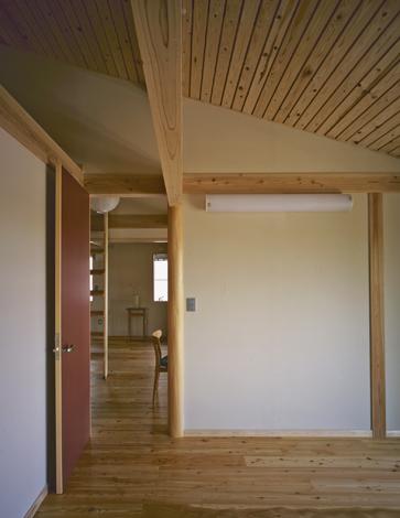 天井はあえて板の間を開けて施工。 「木繊維断熱材」 が持つ吸音・調湿機能を最大限発揮できる