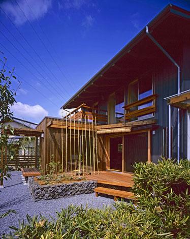 夏の暑い陽差しを遮る大きく張り出したひさしは、自然室温で暮らす家の特徴のひとつ