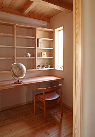 書斎には造作の棚を設けた。ご主人のお気に入りの場所