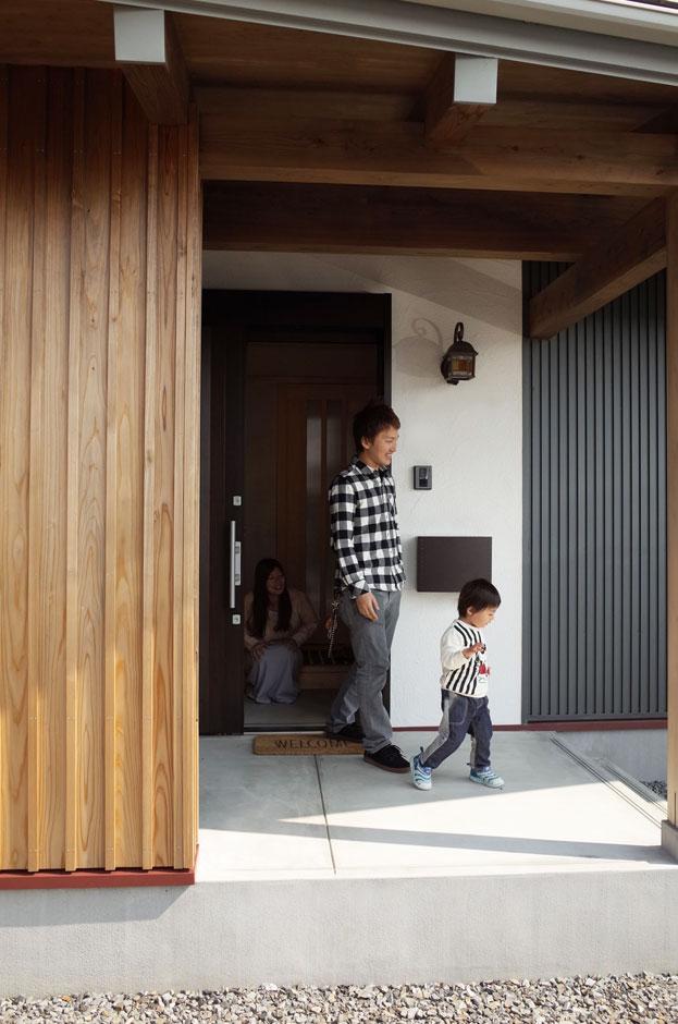アクトホーム(木の住まいづくり研究所)【収納力、自然素材、間取り】大きな玄関庇のゆったりした玄関ポーチ。玄関脇(屋外)には収納も