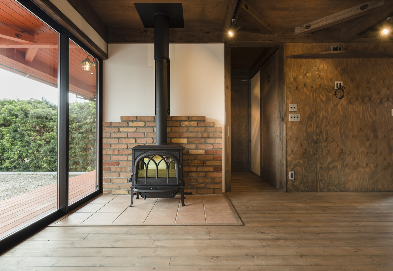 BinO志太・榛原 マルジン総建【趣味、自然素材、平屋】リビングで存在感を放つ薪ストーブ。COVACOは薪ストーブの熱効率を最大限に活用できる