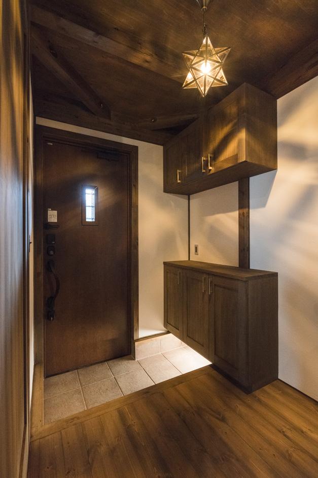 BinO志太・榛原 マルジン総建【趣味、自然素材、平屋】足元の間接照明がお洒落な玄関。玄関収納もばっちり