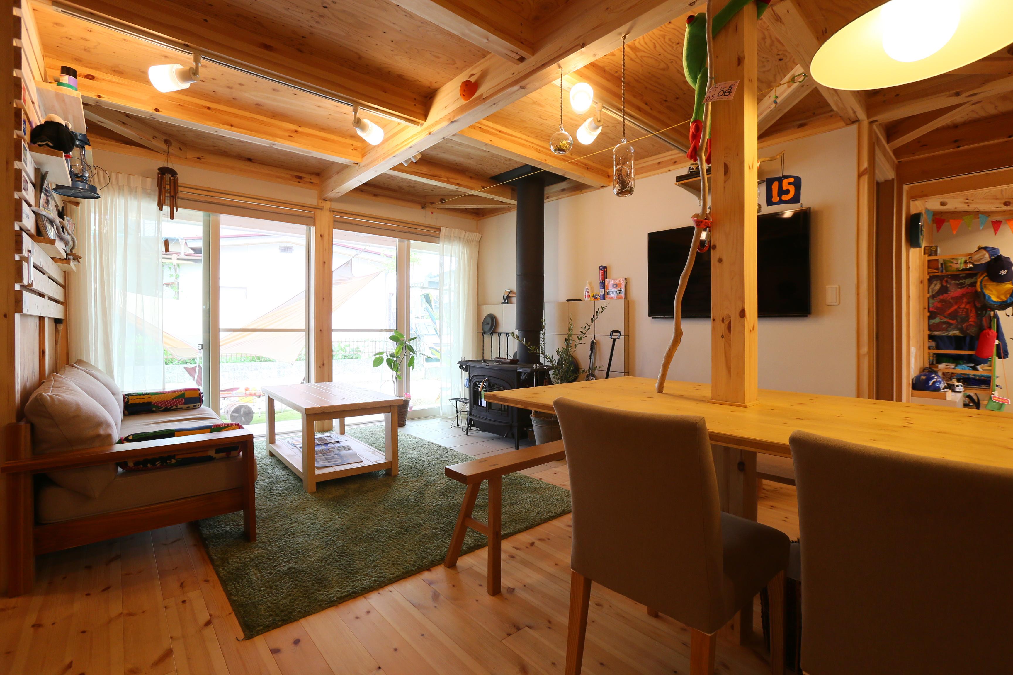 BinO志太・榛原 マルジン総建【子育て、自然素材、平屋】窓を開ければすぐにウッドデッキに。家と庭に一体感を与えてくれえる