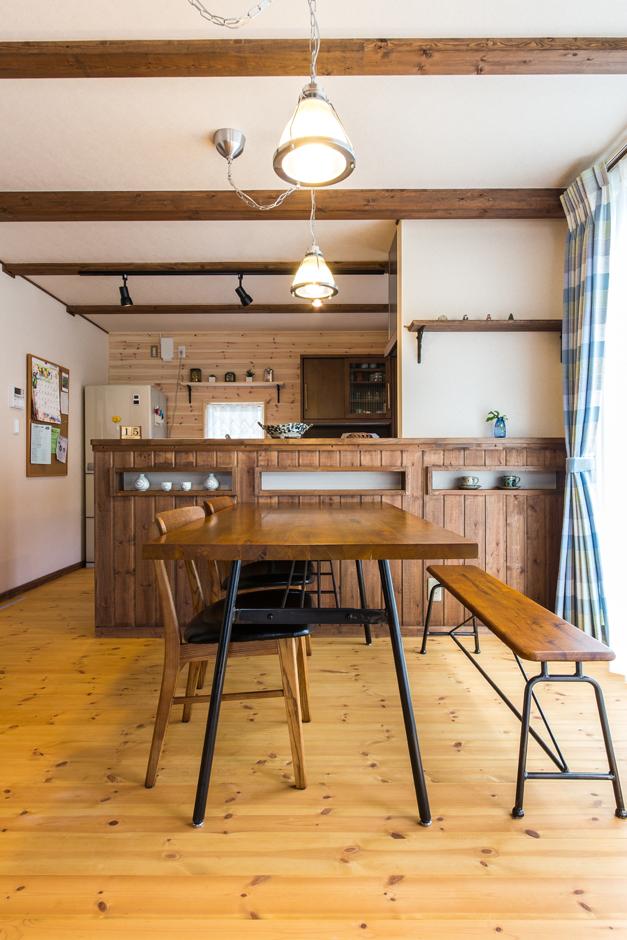 BinO志太・榛原 マルジン総建【子育て、自然素材、間取り】ダイニングキッチンは奥さまの要望を取り入れたこだわりの詰まった場所。雰囲気に合わせた照明も存在感がある