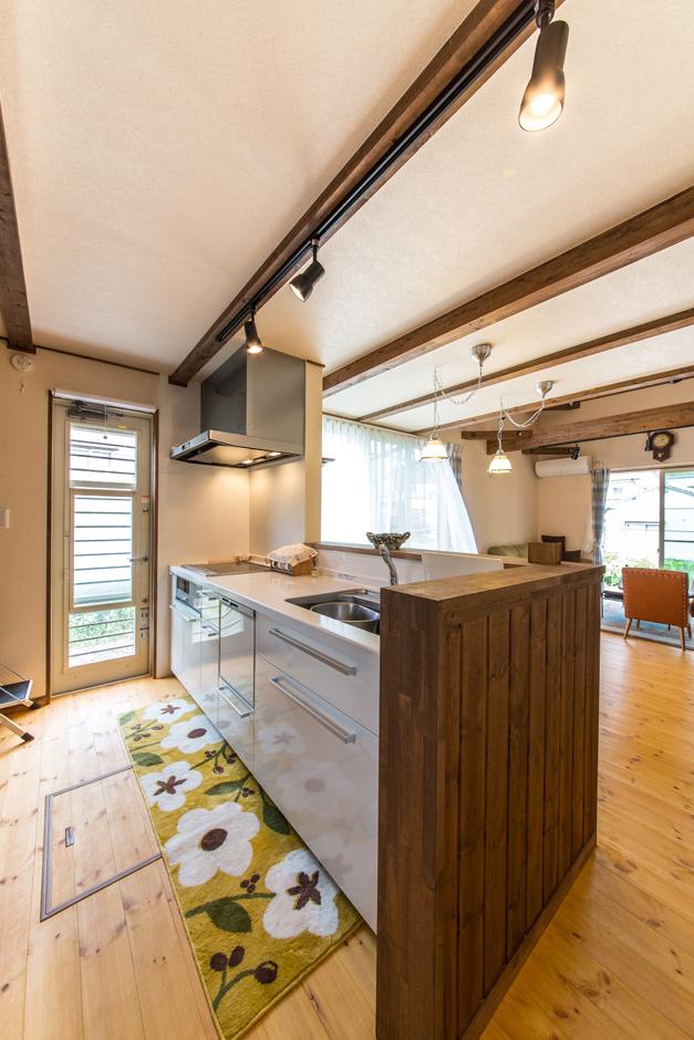 BinO志太・榛原 マルジン総建【子育て、自然素材、間取り】リビングでくつろぐ家族に視線を送ることができるのは対面式キッチンならでは。家族の笑顔をいつでも感じることができる