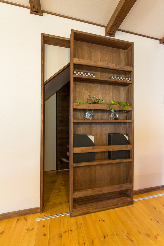 BinO志太・榛原 マルジン総建【子育て、自然素材、間取り】隠し扉のような「スライドシェルフ」。奥には家族のプライベート空間である寝室に繋がっている