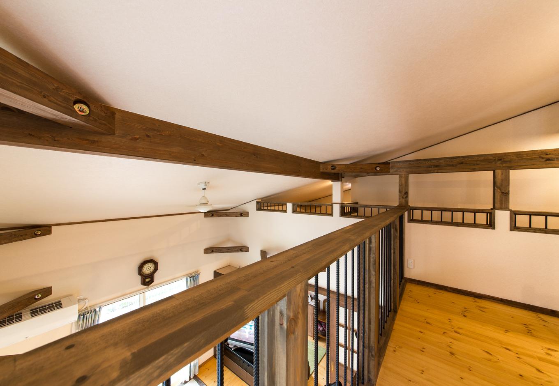 二階吹き抜けは勾配天井ならではのダイナミック感と開放感。天井の梁が身近に感じる