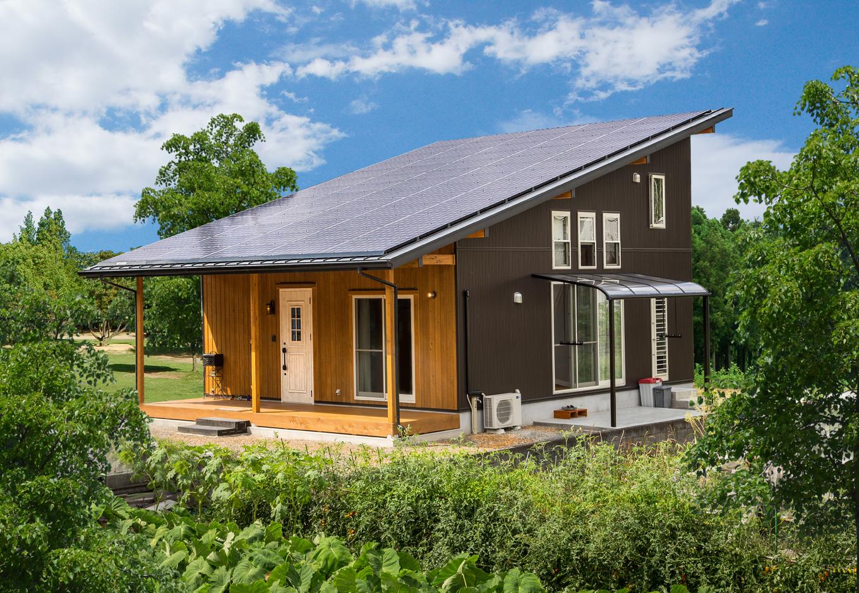 片流れの屋根には太陽光パネルが。玄関前の深い軒も特徴的だ