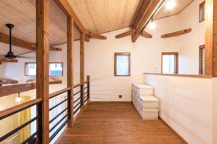 BinO志太・榛原 マルジン総建【デザイン住宅、子育て、スキップフロア】仕切りの向こうは奥さまご希望のランドリースペース。洗濯物たたみやアイロンがけはここで