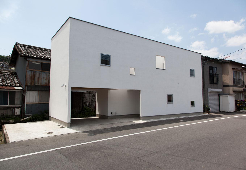 ソラマド静岡(オネストホーム)【デザイン住宅、狭小住宅、建築家】可能な限りデコレートを排除した外観。30坪という限られた敷地に駐車スペースも確保。2階に設けたソラマドデッキにより、プライベート空間を守りつつ光と風を感じる設計に
