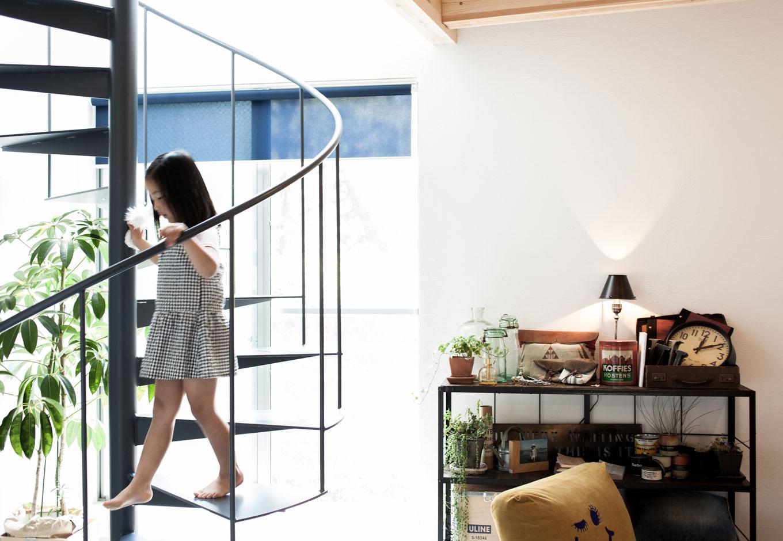 ソラマド静岡(オネストホーム)【デザイン住宅、狭小住宅、建築家】らせん階段はインテリアの一部として部屋を引き立てるだけでなく、通常よりもスペースを取らないのも嬉しい。おしゃれは便利も兼ねる