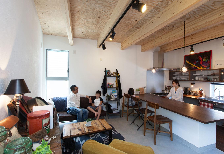ソラマド静岡(オネストホーム)【デザイン住宅、狭小住宅、建築家】コの字型のキッチンはダイニングテーブルも兼ねて、みんながいつも集まる場所に。家族とのコミュニケーションがとりやすいのが嬉しい