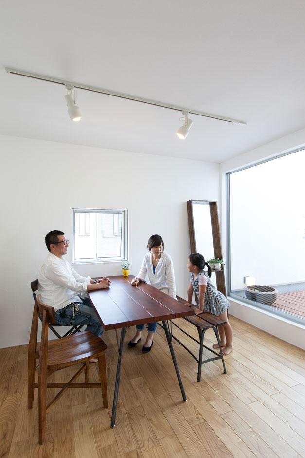 ソラマド静岡(オネストホーム)【デザイン住宅、狭小住宅、建築家】視覚的な広さを感じさせるため、本来部屋にしたい部分をあえてソラマドデッキに。外と中を繋げて2階も明るく開放的