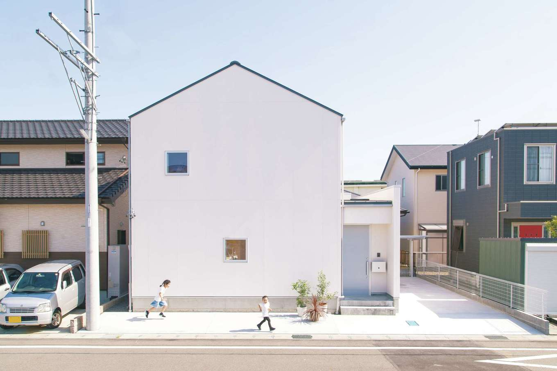 ソラマド静岡(オネストホーム)【デザイン住宅、子育て、間取り】三角屋根の真っ白な外観がキュート。通りに面した開口部は最小限にし、プライバシーを守る