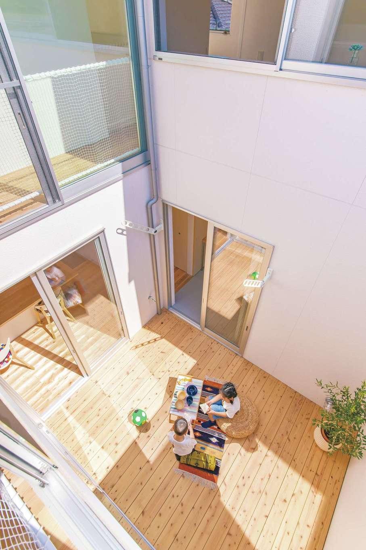 ソラマド静岡(オネストホーム)【デザイン住宅、子育て、間取り】居住空間と一体化した「ソラマドデッキ」。家中に光と風を届けるのはもちろん、ピクニック気分の休日のブランチや夏のプール遊びなど、使い方を考えるのも楽しみのひとつになる