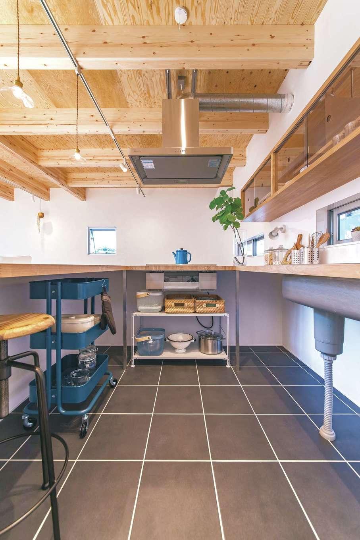 ソラマド静岡(オネストホーム)【デザイン住宅、子育て、間取り】キッチンに立つ奥さまとカウンターに座る家族の目線が揃う、一段下がったキッチン。下部収納は自由に使えるようにオープンに