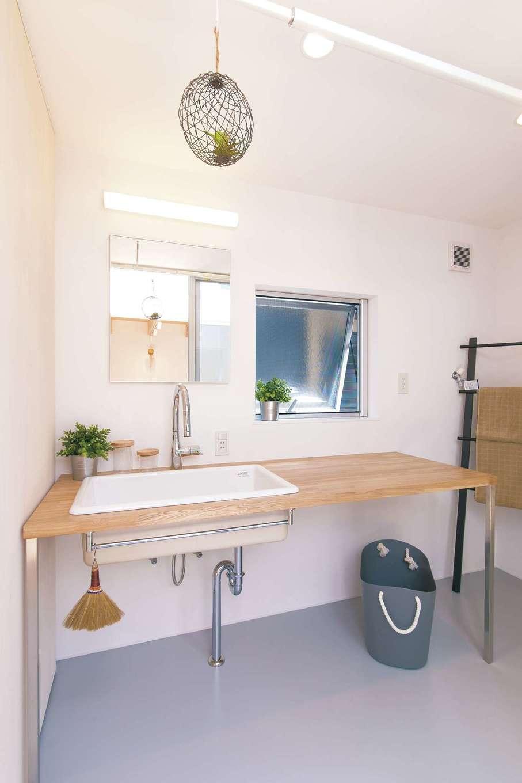 ソラマド静岡(オネストホーム)【デザイン住宅、子育て、間取り】広々とした洗面脱衣所。洗面台も潔いほどシンプル。そのままデッキに出られ、洗濯物を干す動線も最短に
