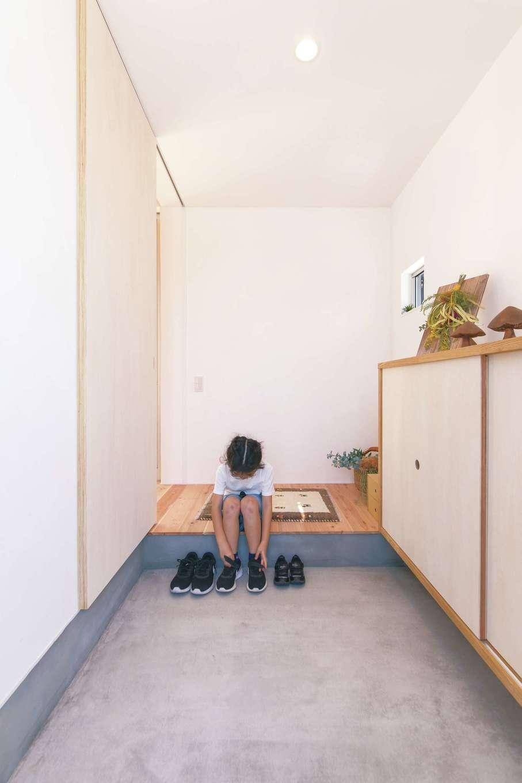 ソラマド静岡(オネストホーム)【デザイン住宅、子育て、間取り】奥行きのある広い玄関。駐車場に面してシャッター付きのストッカーを設けたので、外で必要なものはそちらに収納。玄関収納は大きな下駄箱のみ造作した