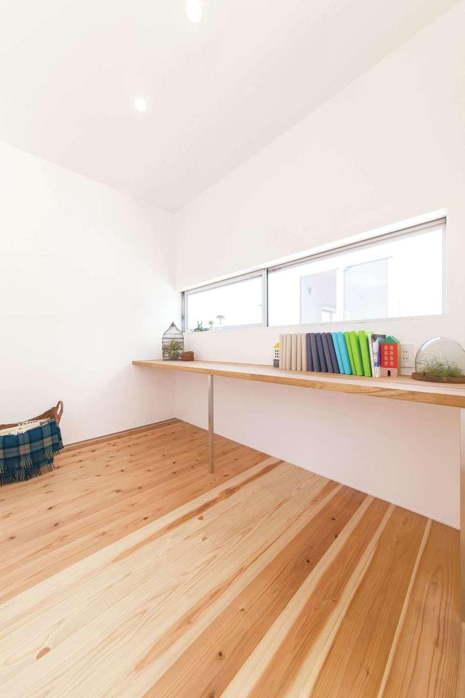 ソラマド静岡(オネストホーム)【デザイン住宅、子育て、間取り】2階にある奥さまのワークスペース。陽当たりがいいので、日中の作業も楽しくできる