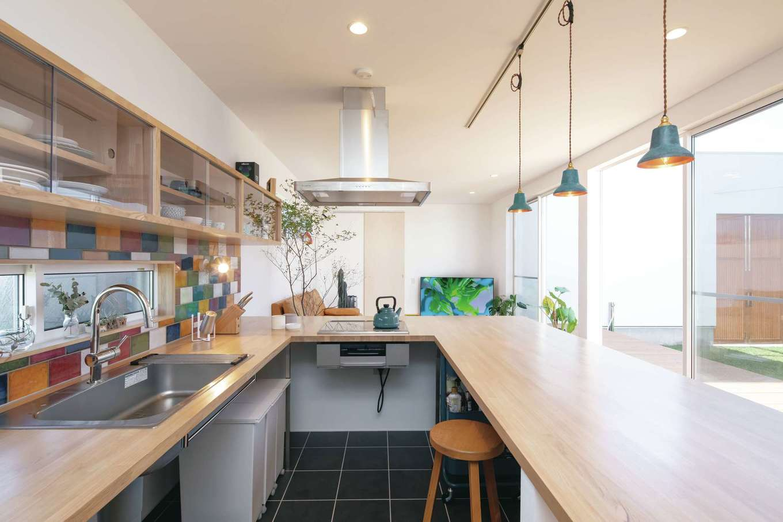 ソラマド静岡(オネストホーム)【デザイン住宅、間取り、平屋】奥さまが一目惚れしたコの字型の「ソラマドキッチン」。カウンター下はオープンで自由な使い方ができる。一段下げた床で家族と視線が合いやすい