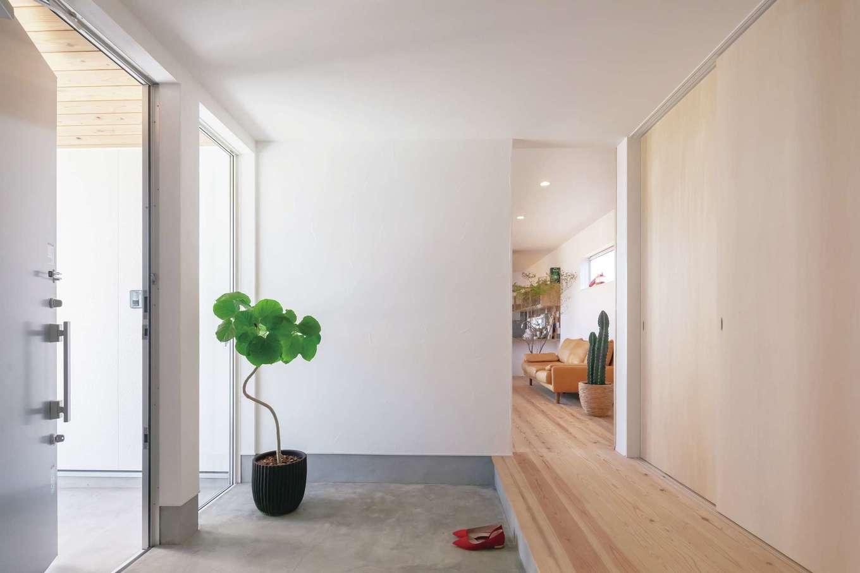 ソラマド静岡(オネストホーム)【デザイン住宅、間取り、平屋】ご主人の要望を叶えた広い玄関。壁の一部はガラス張りにし、明るく広がりを感じるスペースに。ガレージにも直結している