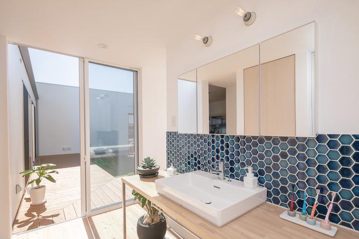 ソラマド静岡(オネストホーム)【デザイン住宅、間取り、平屋】脱衣所から独立した洗面台。ブルーを基調にしたタイルと大きな鏡が印象的