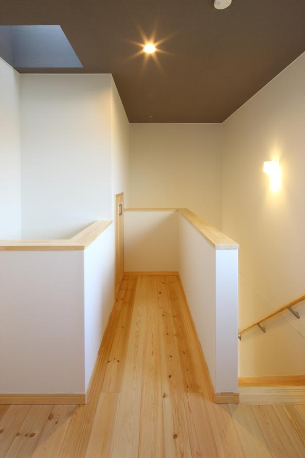 BE WITH 戸﨑建設【子育て、収納力、自然素材】天井と壁のコントラストは空間をシャープに演出する。床の無垢材はいつでも家族を暖かな気持ちにしてくれる