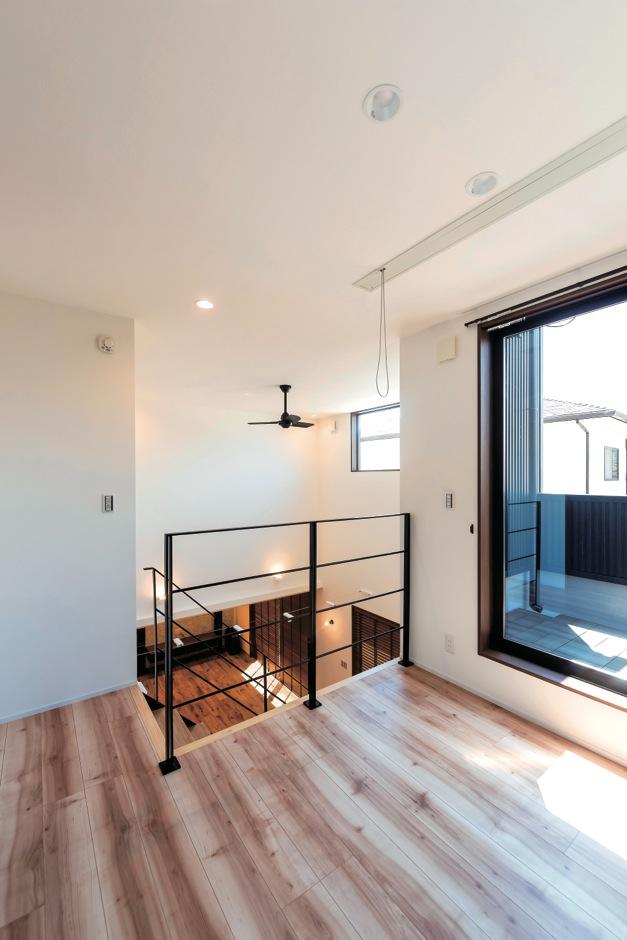 ホームプラザ大東【デザイン住宅、趣味、ガレージ】2階ホールはセカンドリビング感覚で。陽当たりも良いので、ランドリースペースとしても大活躍