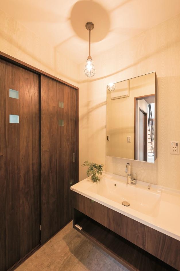 ホームプラザ大東【デザイン住宅、趣味、ガレージ】扉をつけず、あえてみせる空間に仕上げた洗面所。床から離れたフロートタイプで掃除も楽。実用的な収納は、脱衣所にまとめた
