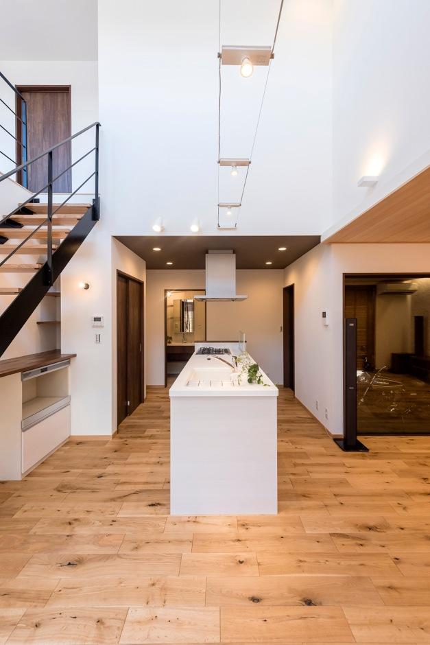 ホームプラザ大東【デザイン住宅、趣味、ガレージ】キッチン背面には食器や食品ストックがたっぷり入る収納を。カウンターと棚を設け、ちょっとしたデスク作業もできる空間を確保