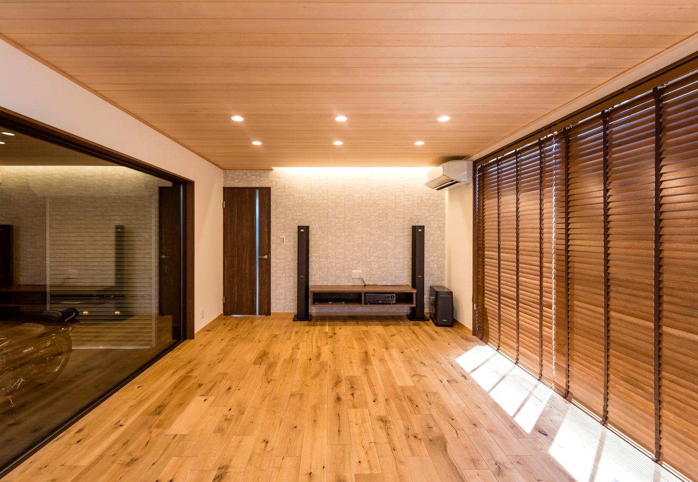ホームプラザ大東【デザイン住宅、趣味、ガレージ】リビングには、それまで使っていたオーディオセットを配備。スピーカーの配線は床下に通してもらったので、コードが見えずにすっきり