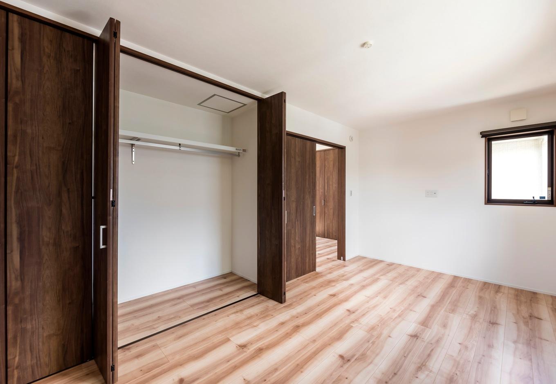 ホームプラザ大東【デザイン住宅、趣味、ガレージ】客間として設けた一室は、素段は使わないので、収納部屋の要素をもたせた。季節外のものなどをたっぷりとしまえるように収納を設計