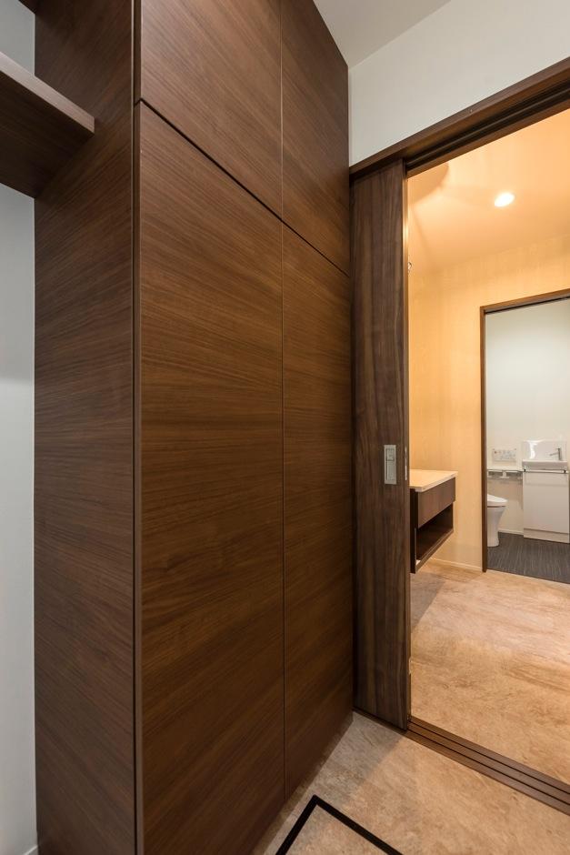 ホームプラザ大東【デザイン住宅、趣味、ガレージ】洗面所と脱衣所を分離。広くなった脱衣所には大容量の収納スペースを設け、水回りに必要なものはすべて片付く