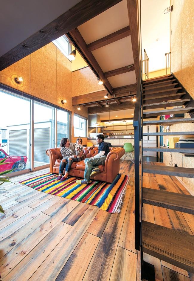 ホームプラザ大東【デザイン住宅、趣味、インテリア】好きなモノに囲まれて家族が一緒にいられるリビングは最高のくつろぎ空間。吹き抜けで明るく、広く感じられるのも気に入っているそうだ