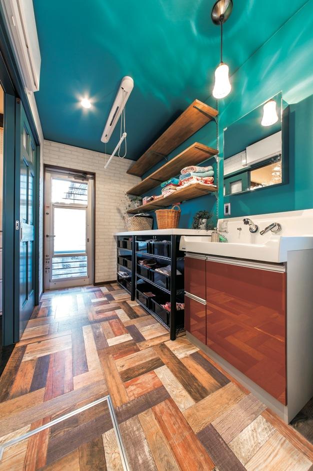 ホームプラザ大東【デザイン住宅、趣味、インテリア】洗って干して収納できる動線が考慮された洗面兼家事室は、主婦目線でプランニングする女性設計士・ようこさんからの提案。「話を聞いた時から使いやすそうと思った」と奥さま