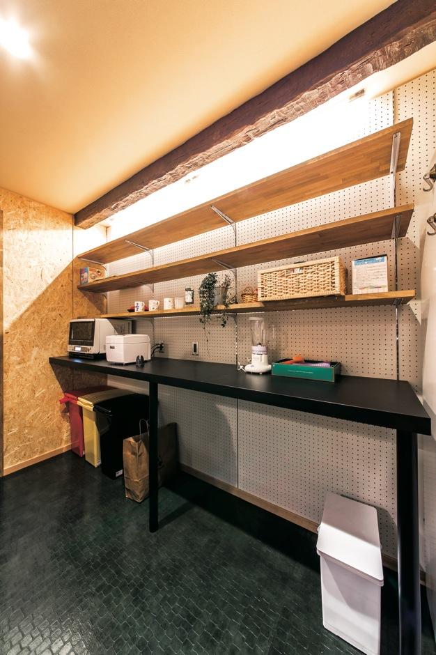 ホームプラザ大東【デザイン住宅、趣味、インテリア】キッチン後ろの造作棚。オープンな収納は食材や調理家電をおしゃれに飾れてコストも抑えられる