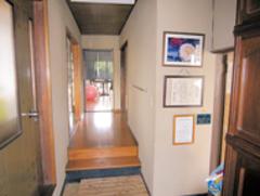 和風にもしっくり合う、濃紺の壁がアクセントになった玄関。建具はガラスではなくポリカーボネートに張り替えるなどリペアして、再利用。モダンさとマッチし、空間をワンランク上質に彩る