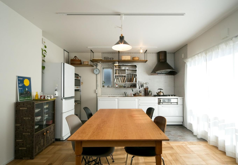 ホームプラザ大東|子世帯が暮らす2階のDKは、白をベースに、アイアン素材でのエッジを効かせた。奥さまのセンスが随所に光る