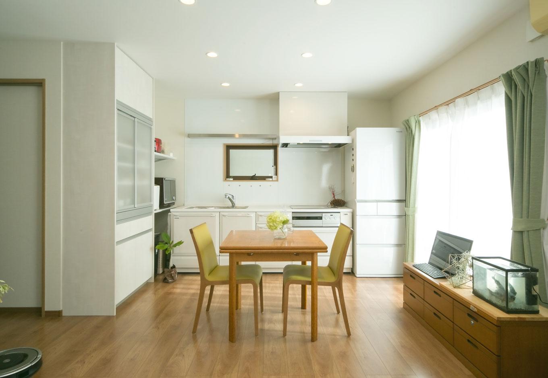 ホームプラザ大東|親世帯が暮らす1階は、バリアフリーで使い勝手の良さを最優先。テーブルはご夫婦が新婚時に購入した思い出のもの