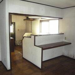 """1階にある昔ながらのキッチンは、回遊性がなく、家族の様子が見えづらいつくり。窓も小さく、""""もっと使いやすく明るい空間に""""というのがお母さまのご希望。"""