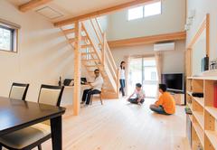 心地よさと暮らしやすさが溶け合う 無垢ひのきの二世帯住宅